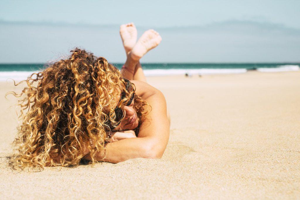 Come proteggere capelli dal mare