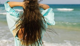 Come proteggere capelli in estate